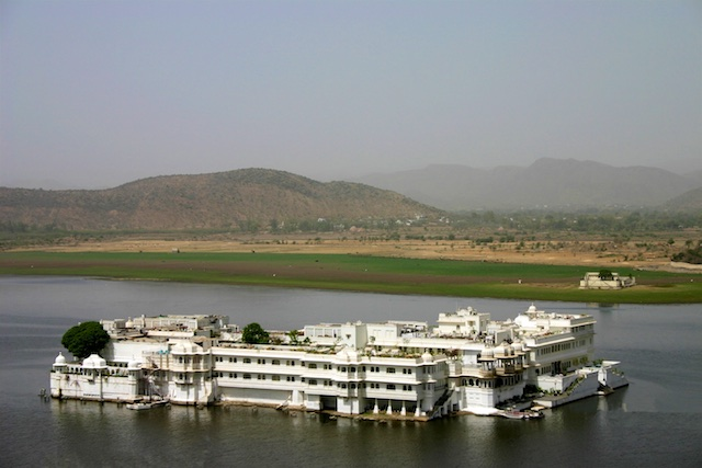 20040424 Udaipur 033.1 - The Midnight Train to Jaipur